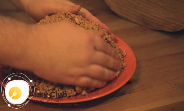 Для приготовления торта муравейник по простому рецепту со сгущенкой сформуйте торт