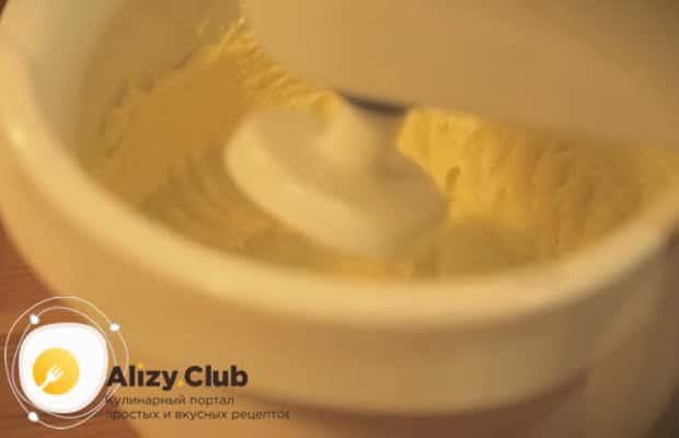 Для приготовления торта муравейник по простому рецепту со сгущенкой приготовьте крем