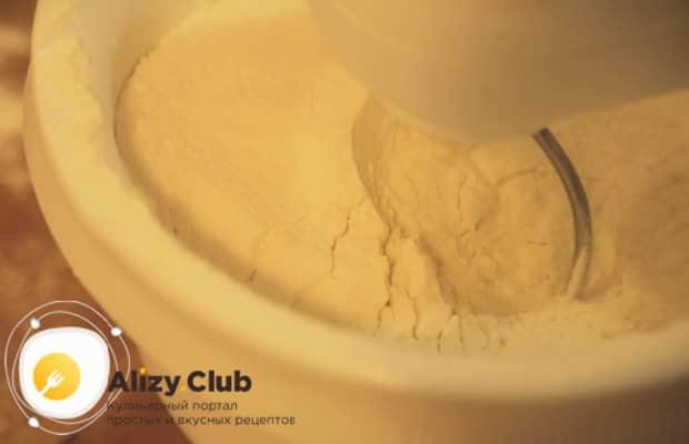 Для приготовления торта муравейник по простому рецепту со сгущенкой добавьте муку