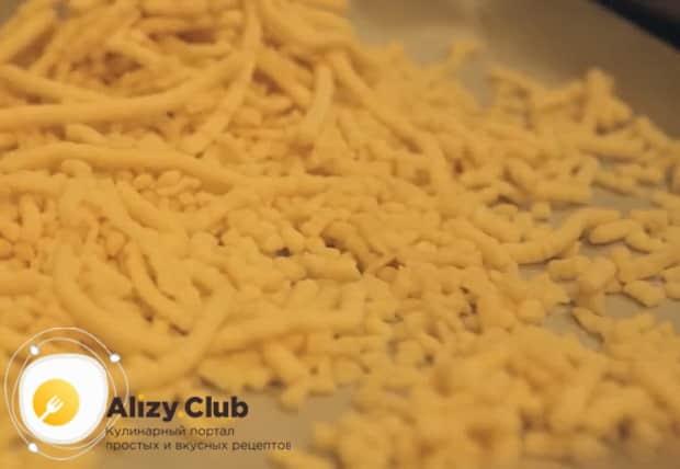 Для приготовления торта муравейник по простому рецепту со сгущенкой разогрейте духовку