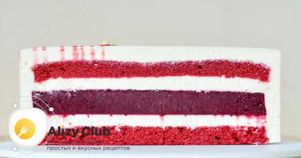 Спустя время, торт переворачиваем коржом на тарелку