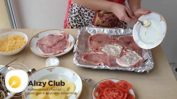 На первый противень выложите пять кусочков отбитого мяса