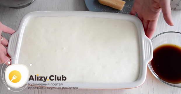 Поочередно выкладывать слои печенья и крема