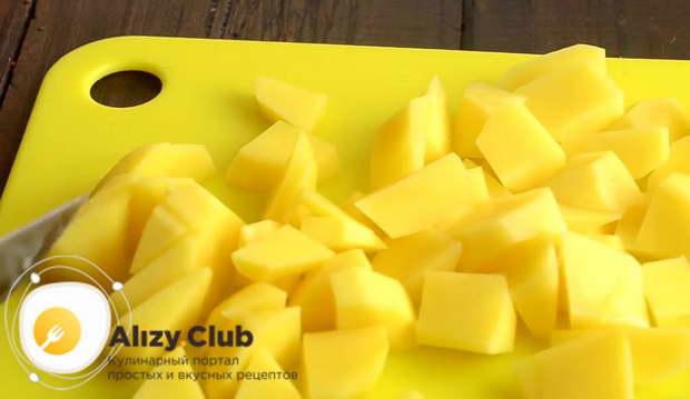 Очищаем 4 картофелины от кожуры