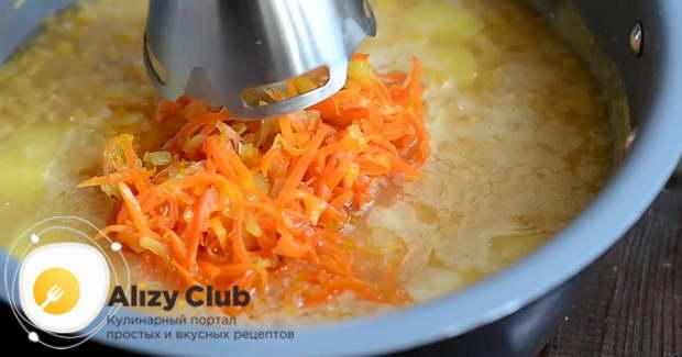 Готовую пассеровку выкладываем в кастрюлю с проваренными горохом и картофелем