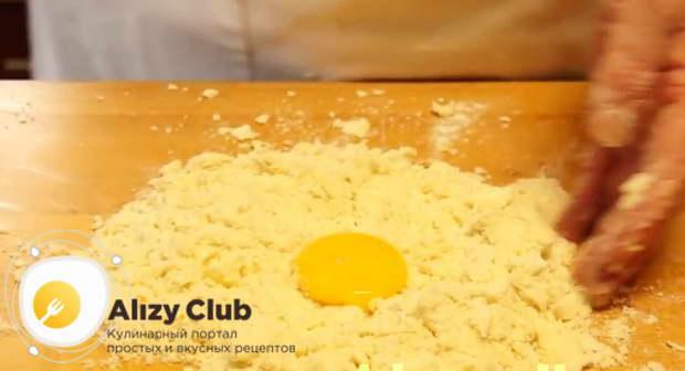 Добавляю в муку яйцо и желток от второго яйца