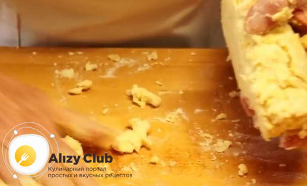 Медленно добавляя воду, замешиваю тесто