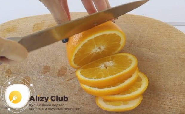 Нарезаем апельсин кружочками.