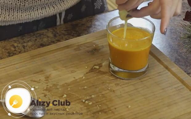 Измельченный имбирь кладем в марлю и выжимаем из него сок в облепиховую массу.