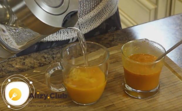 Порциями выкладываем пюре в чашки и заливаем его кипятком.