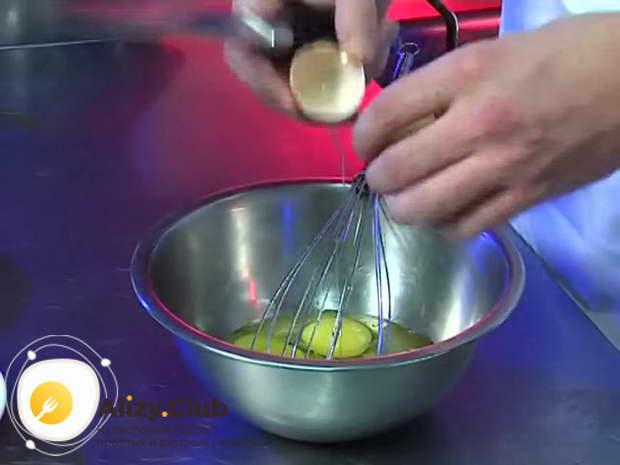 В миску вбейте 8 яиц, добавьте соль и специи по вкусу