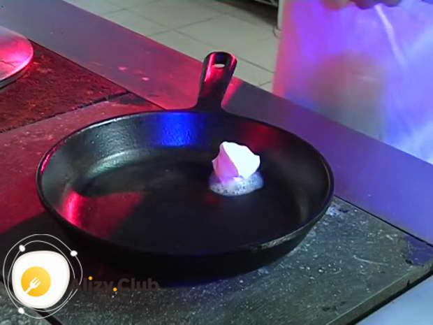 Поставьте сковороду на средний огонь