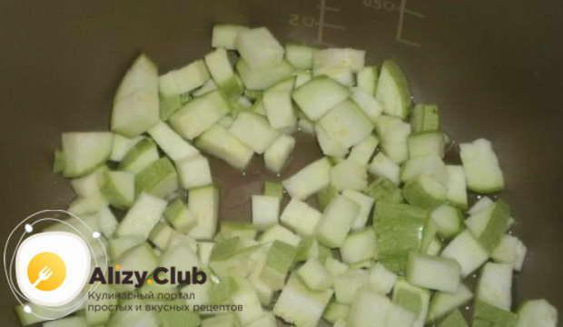 Кабачок порезать крупными кубиками