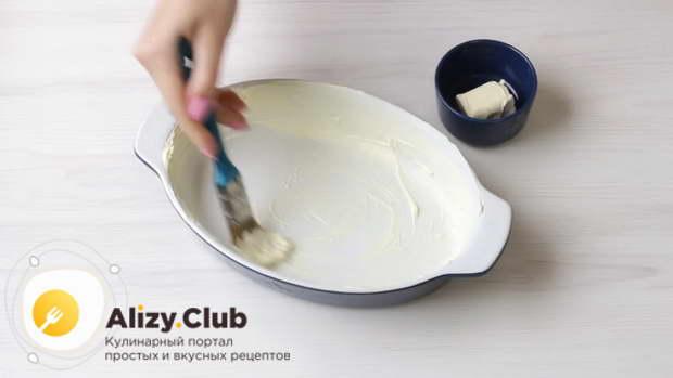 Форму для выпекания Ø26 см смазать размягченным сливочным маслом