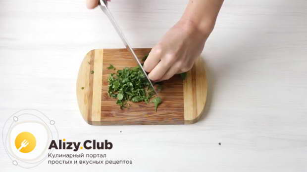 по полпучка петрушки и зеленого лука – порубить в две разных чашки