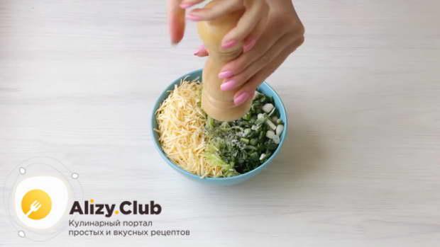 Положить нарезанный зеленый лук в миску с кабачками