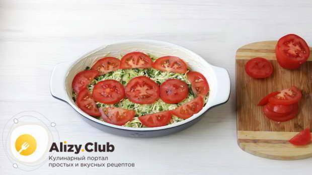 Один крупный или два средних помидора распустить тонкими полукружьями