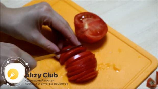 Нарежьте помидоры для приготовления омлета запеченного в духовке