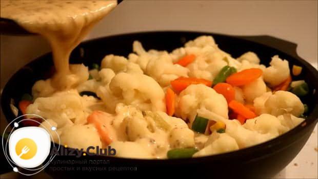 Вылейте яйца в форму перед тем как сделать омлет в духовке
