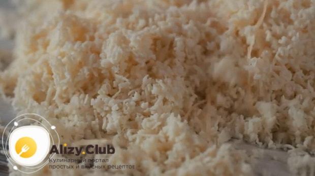 Перед тем как приготовить омлет в пакете в воде нарежьте сыр.