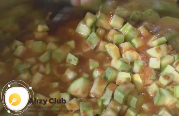 Перемешиваем соус и выкладываем в него кабачки.