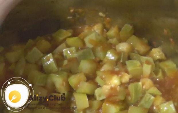 Варим соус с кабачками минут 40.