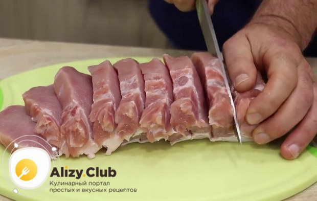 Нарезаем 975 грамм свинины на 7 одинаковых частей