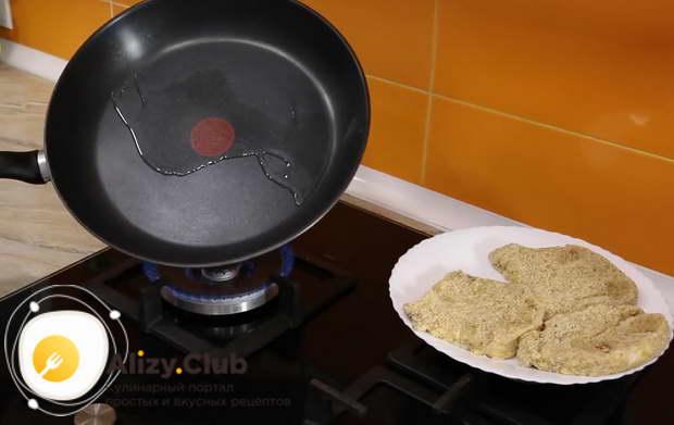 На сковороде подогреваем 25 грамм сливочного масла с 15-20 миллилитрами подсолнечного масла