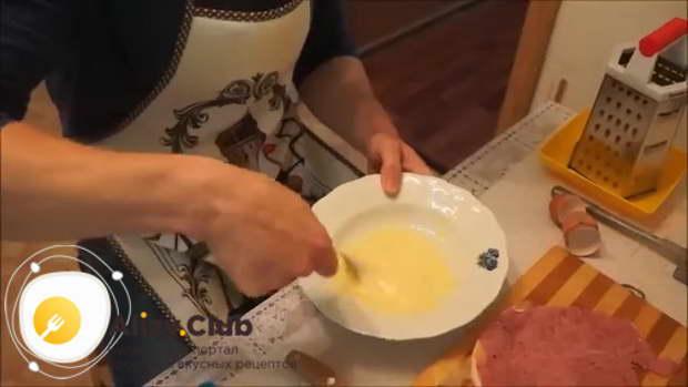 В отдельной посуде взбиваем венчиком три яйца