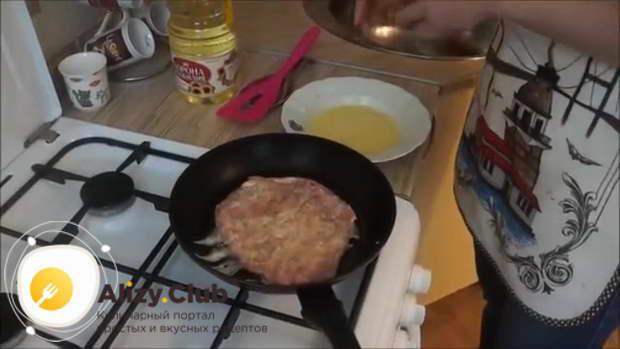 На сковороде разогреваем 15-20 миллилитров подсолнечного масла