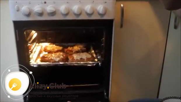 Ставим противень в духовку и выпекаем в течение 15-20 минут при температуре 120 градусов