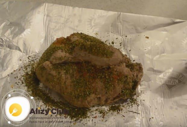 Когда говядина остынет в бульона, выкладываем ее на фольгу и смазываем пряностями.