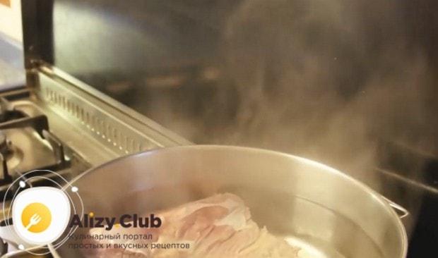 Выкладываем мясо в закипевшую воду.