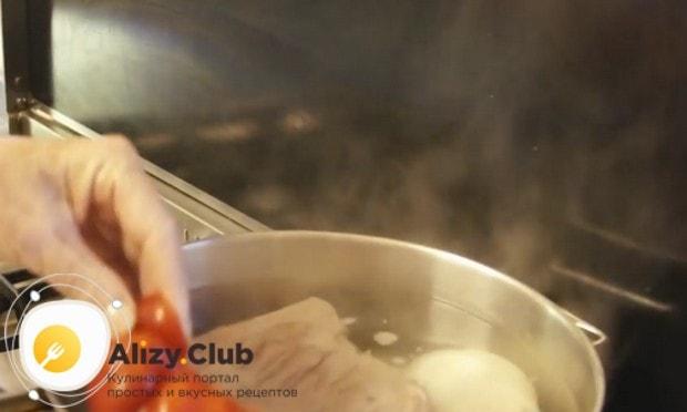Для аромата добавляем в бульон болгарский перец, лук и морковь.