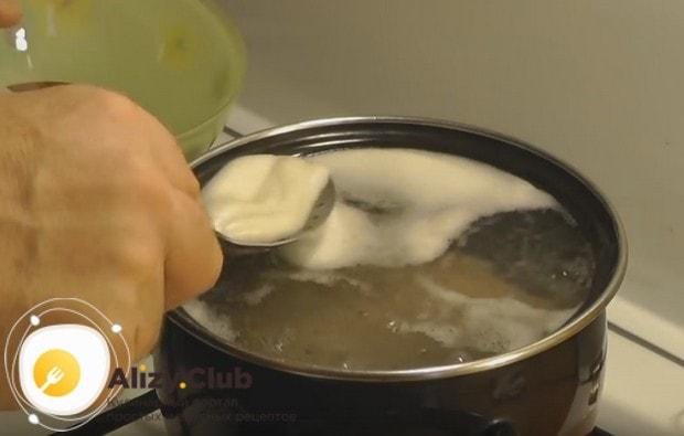 Непременно надо снимать пену, которая образовывается при варке мяса.