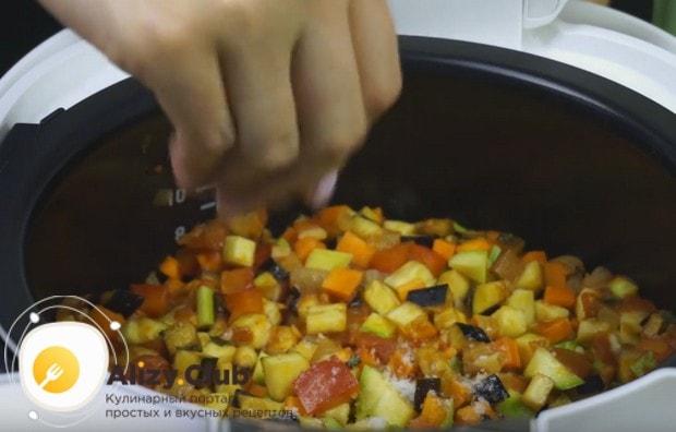 Выкладываем все нарезанные овощи, перемешиваем и солим.