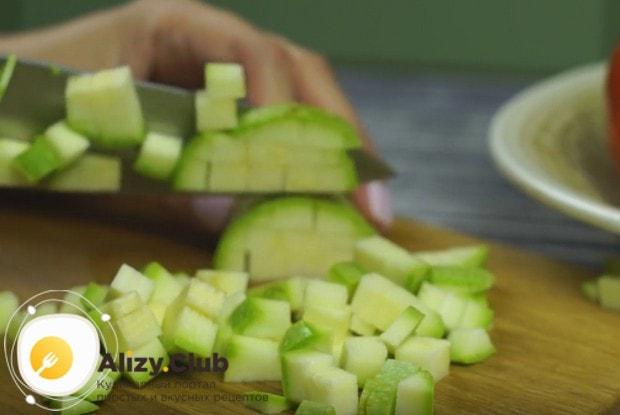 Мелким кубиком режем кабачок.