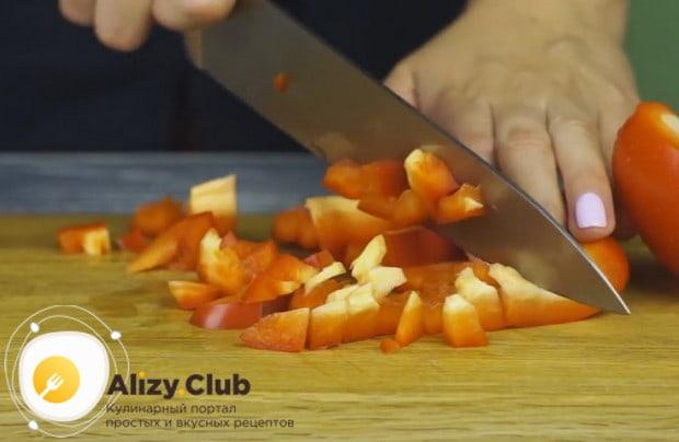 Так же, кубиком, нарезаем болгарский перец.