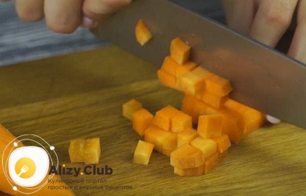 Кубиком режем морковку.