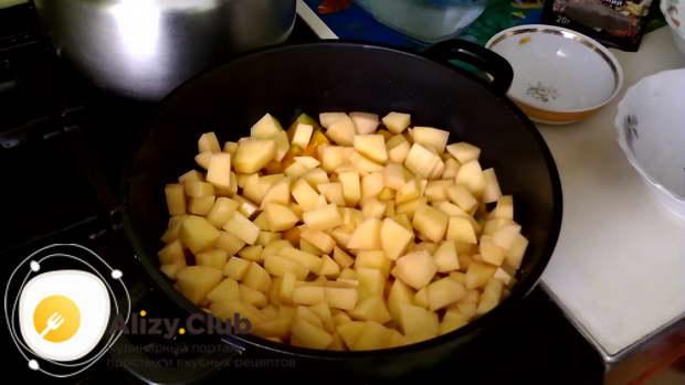 Разравниваем немного слои овощей и солим