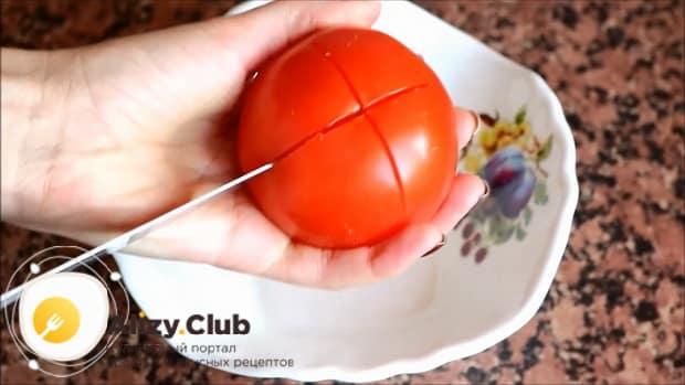 Для приготовления овощного рагу с кабачками в мультиварке, нарежьте помидоры.