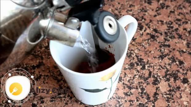 Для приготовления овощного рагу с кабачками в мультиварке, долейте в томатную пасту воду.