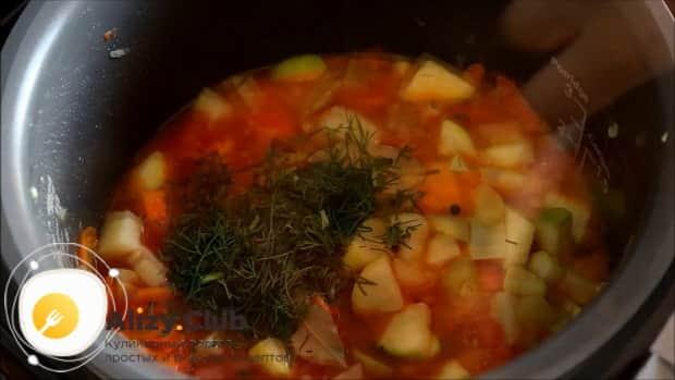 Для приготовления овощного рагу с кабачками в мультиварке, добавьте зелень.