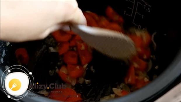 Для приготовления овощного рагу с кабачками в мультиварке, обрежьте лук.
