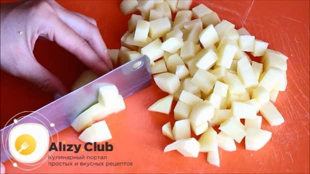 Для приготовления овощного рагу с кабачками в мультиварке, нарежьте морковь