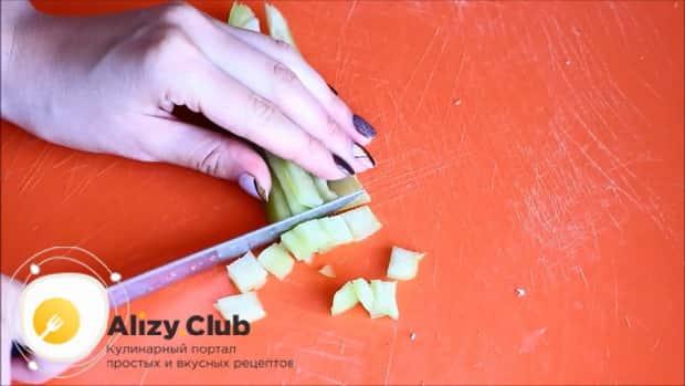 Для приготовления овощного рагу с кабачками в мультиварке, нарежьте перец.