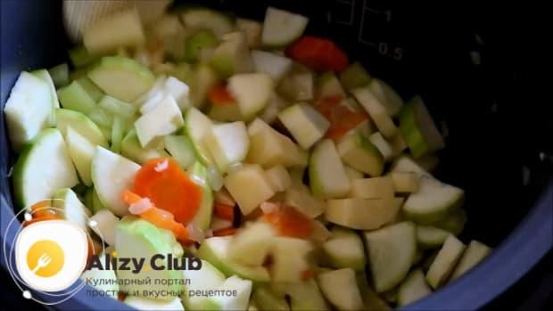 Для приготовления овощного рагу с кабачками в мультиварке, обжарьте овощи.