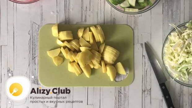 Картошку среднего размера нарезаем брусочками