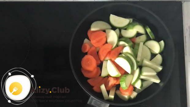 Кладем морковку и кабачки