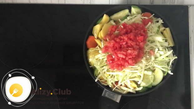 Добавляем картошку, капусту и помидоры